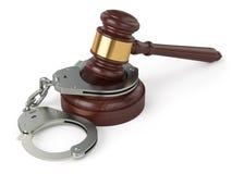 Handcuffs en rechtershamer op witte achtergrond royalty-vrije illustratie