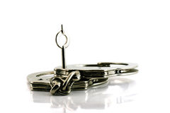 Handcuffs met sleutel in nadruk Royalty-vrije Stock Fotografie