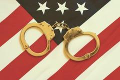 Handcuffs op Amerikaanse vlag royalty-vrije stock foto