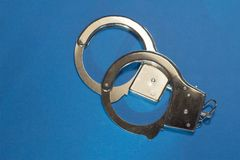 Handcuffs op Blauwe Achtergrond Royalty-vrije Stock Foto
