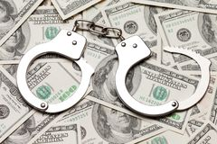 Handcuffs op dollarmunt Stock Afbeeldingen