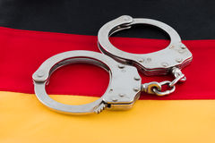 Handcuffs op Duitse Vlag Stock Afbeelding