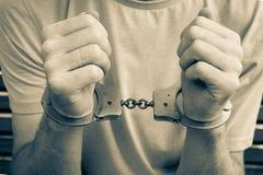 Handcuffs op handen wordt gesloten die royalty-vrije stock fotografie