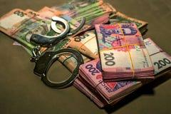 Handcuffs op het geld Corruptie in de Oekraïne De bestrijding van corruptie  royalty-vrije stock afbeelding