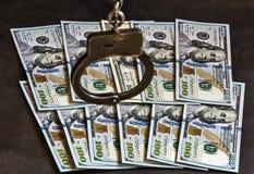 Handcuffs op honderd bankbiljetten van Amerikaanse dollars Royalty-vrije Stock Foto's
