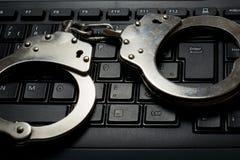Handcuffs op toetsenbord stock afbeeldingen
