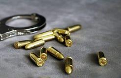 Handcuffs, pistool bullets en identiteitskaart-houder voor cops, speciale krachten en het materiaal van defensieeenheden royalty-vrije stock foto's
