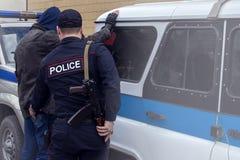 Handcuffs van het politiestaal, gearresteerde Politie, Professionele politieman moet zeer sterk zijn, Ambtenaar Arresting stock foto