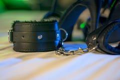Handcuffs voor erotische spelen voorlegging royalty-vrije stock foto