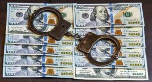 Handcuffs zijn op bankbiljetten honderd dollars Royalty-vrije Stock Foto