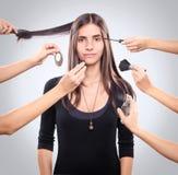 Handdas setzen bilden auf einer jungen Frau lizenzfreie stockbilder