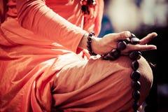 Handdetalj för buddistisk munk, munken, i att be. arkivfoto