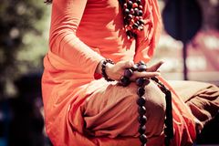 Handdetalj för buddistisk munk, munken, i att be. arkivfoton