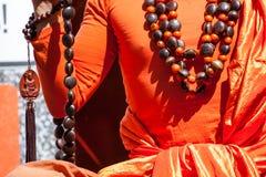 Handdetalj för buddistisk munk, munken, i att be. royaltyfri bild