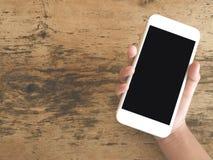 handdle的顶视图图象智能手机的在木桌与 库存图片