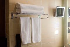 Handdoek in badkamers Stock Fotografie