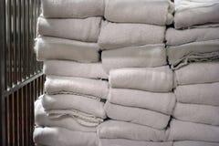 Handdoek bij wasserij Stock Foto