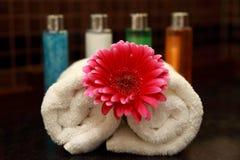 Handdoek en bloem Stock Foto's
