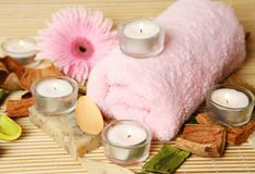 Handdoek en bloem Stock Fotografie