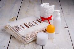 Handdoek en toiletries royalty-vrije stock afbeelding
