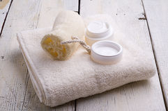 Handdoek en toiletries Royalty-vrije Stock Foto's