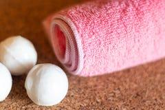 Handdoek en zepen voor badkamers stock afbeeldingen
