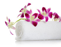 Handdoek met orchidee royalty-vrije stock afbeelding