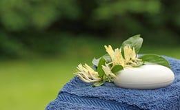 Handdoek met Stuk zeep stock foto's