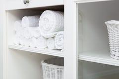 Handdoek op een plank royalty-vrije stock afbeeldingen
