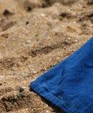 Handdoek op het strand Stock Afbeeldingen
