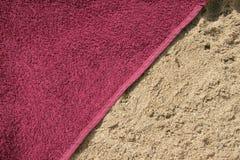 Handdoek op strand Stock Afbeelding