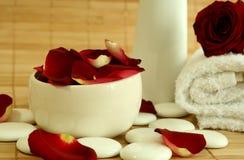 Handdoek, stenen en bloemblaadjes van rode rozen. Stock Afbeeldingen