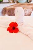 Handdoekdecoratie op massagelijst Kuuroordbinnenland Royalty-vrije Stock Afbeeldingen