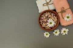 Handdoeken en bloemen op een grijze achtergrond stock afbeeldingen