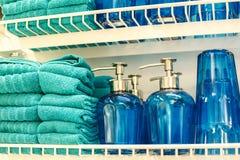 Handdoeken en glasflessen voor de badkamers royalty-vrije stock foto