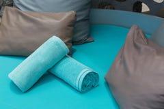 Handdoeken en hoofdkussens bij pool Royalty-vrije Stock Fotografie