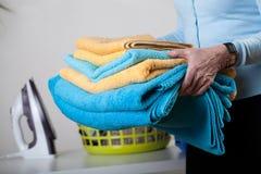 Handdoeken en kleren aan ijzer Stock Afbeelding