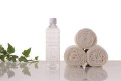 Handdoeken en mineraal waterã Royalty-vrije Stock Fotografie