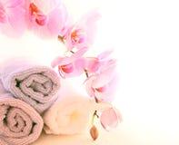 Handdoeken en orchideeën royalty-vrije stock afbeelding