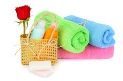 Handdoeken en shampoo Stock Afbeelding