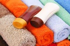 Handdoeken en shampooflessen Stock Afbeeldingen