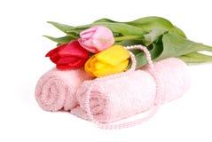 Handdoeken en tulpen Royalty-vrije Stock Afbeeldingen