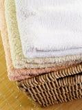 Handdoeken in mand royalty-vrije stock afbeelding