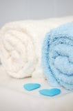 Handdoeken met blauwe valentijnskaartharten Royalty-vrije Stock Afbeelding