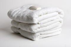 Handdoeken met een stuk zeep op bovenkant Stock Afbeelding
