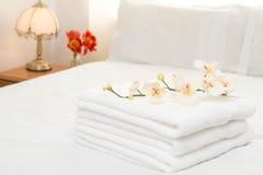Handdoeken op Bed Stock Afbeeldingen