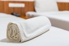Handdoeken op het bed Royalty-vrije Stock Afbeeldingen