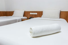 Handdoeken op het bed Royalty-vrije Stock Afbeelding