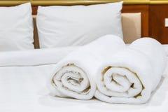 Handdoeken op het bed Stock Foto's