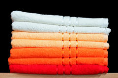Handdoeken op plank stock afbeeldingen